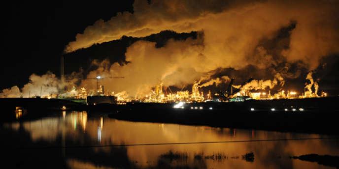 Extraction de pétrole dans les sables bitumeux au Canada.