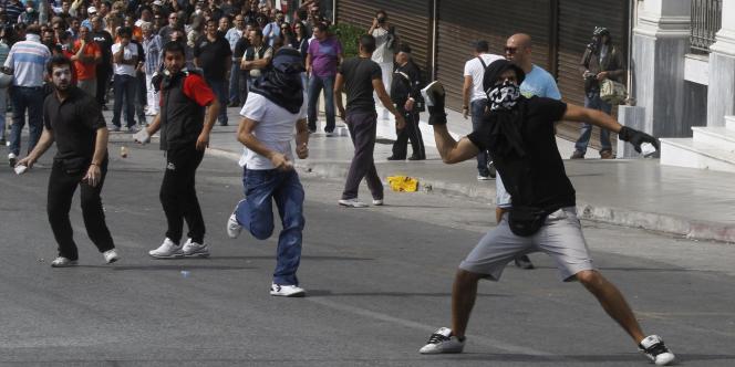 Des manifestants jettent des pierres sur la police à Athènes, mercredi.
