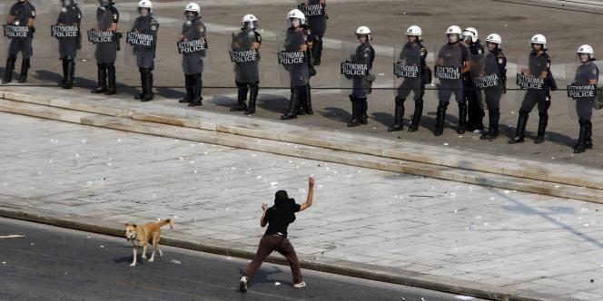 Des dizaines de milliers de fonctionnaires grecs ont manifesté, mercredi 5 octobre, à Athènes et Salonique, deuxième ville du pays, contre les récentes mesures d'austérité et le chômage partiel annoncés par le gouvernement socialiste sous la pression de l'UE et du FMI.