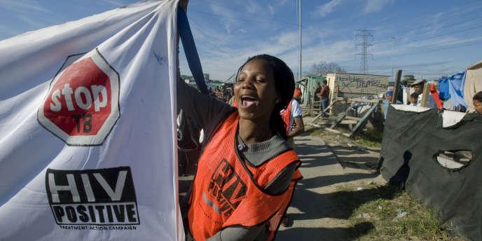 Une jeune femme manifeste en faveur de la lutte contre le sida au Cap, en Afrique du Sud, le 3 juin 2011.