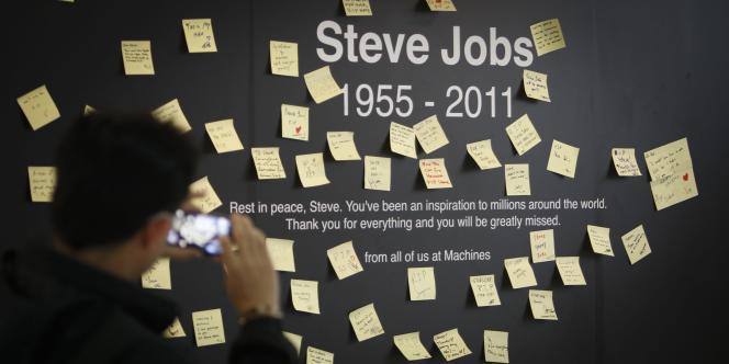 Après la mort de Steve Jobs le 6 octobre 2011, l'émotion a étreint consommateurs et internautes.