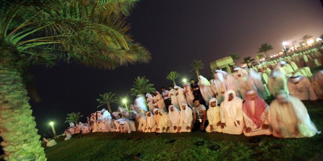 Plusieurs des orateurs qui se sont succédé au cours du meeting, tenu au milieu d'importantes mesures de sécurité à Koweït City, ont averti que les manifestations s'intensifieraient si les autorités n'agissaient pas et certains ont réclamé la démission du gouvernement.