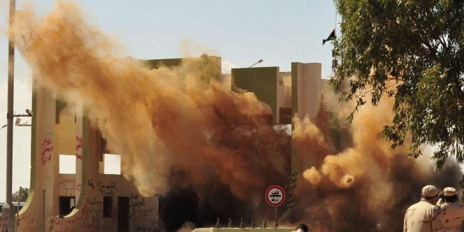 Les rebelles libyens ont détruit mercredi 5 octobre la porte est de la ville de Syrte.