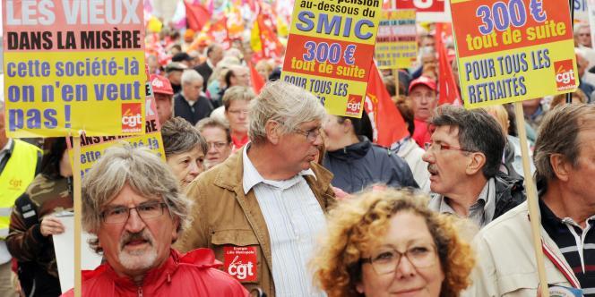 Des personnes défilent le 06 octobre 2011 à Lille à l'appel des cinq organisations syndicales de retraités.