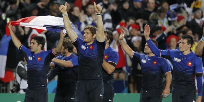 Les Bleus peuvent saluer leur public après la victoire face à l'Angleterre.