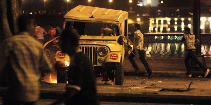 Une manifestation de Coptes a dégénéré au Caire, dimanche 9 octobre, provoquant la mort d'un policier, tué par balle selon la télévision publique.