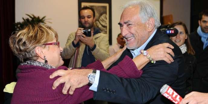 Peu après son entrée dans le bureau de vote, Dominique Strauss-Kahn a salué l'actuel député-maire (PS) de la commune, François Pupponi, la première adjointe, un ancien proche conseiller, puis a pris dans ses bras et embrassé une ancienne élue municipale, vice-présidente du bureau de vote.