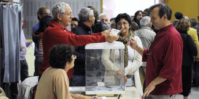 Dans un bureau de vote pour la primaire PS, le 9 octobre