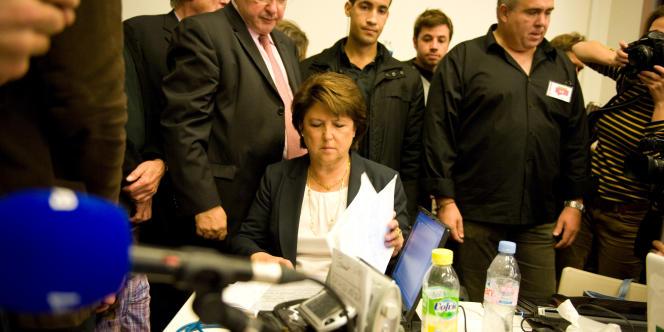 Martine Aubry entourée de ses militants, dimanche soir 9 octobre.