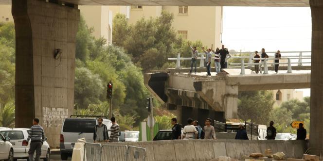 Les protestataires devant le principal campus universitaire de Tunis, dimanche 9 octobre 2011.