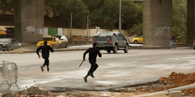 Des policiers anti-émeutes, dimanche 9 octobre à Tunis.