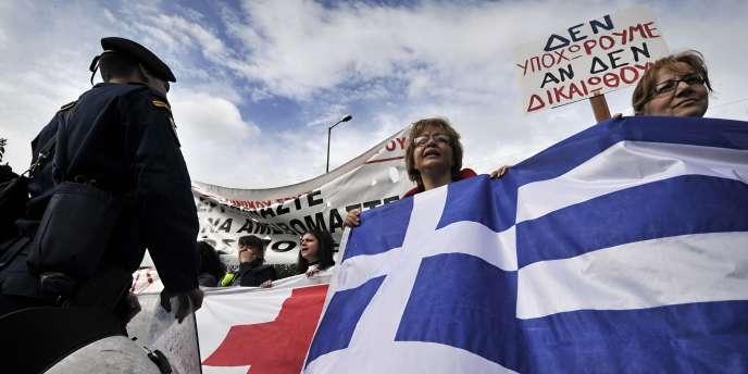 Des travailleurs de la Croix rouge grecque manifestent devant le Parlement le 11 octobre 2011.