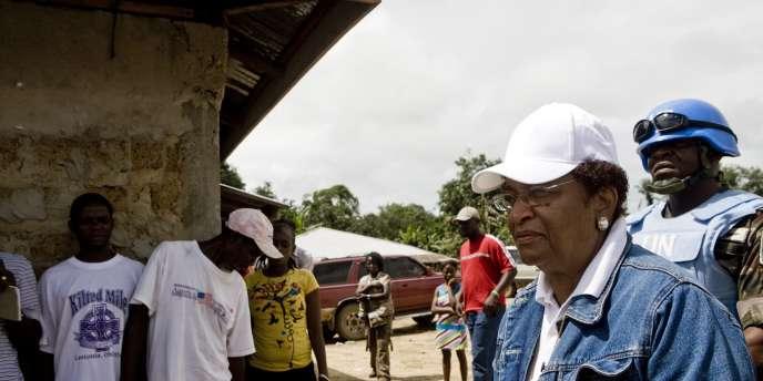 La présidente du Liberia, Ellen Johnson Sirleaf, près d'un bureau de vote dans son village à proximité de la capitale Monrovia, le 11 octobre.
