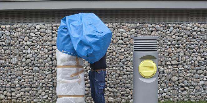 Dans Romainville, les premières bornes de récupération de déchets, encore sous bâches avant l'inauguration du dispositif.