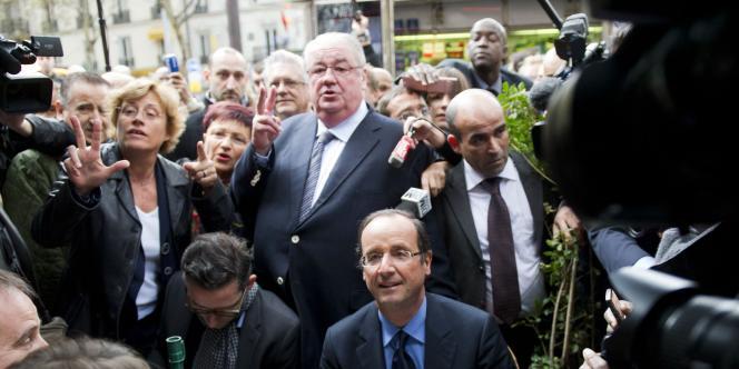Daniel Vaillant et François Hollande, en visite sur un marché parisien, le 11 octobre 2011.