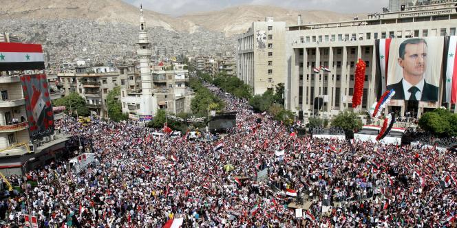 Des partisans de Bachar Al-Assad, dans le centre de Damas, le 12 octobre 2011.