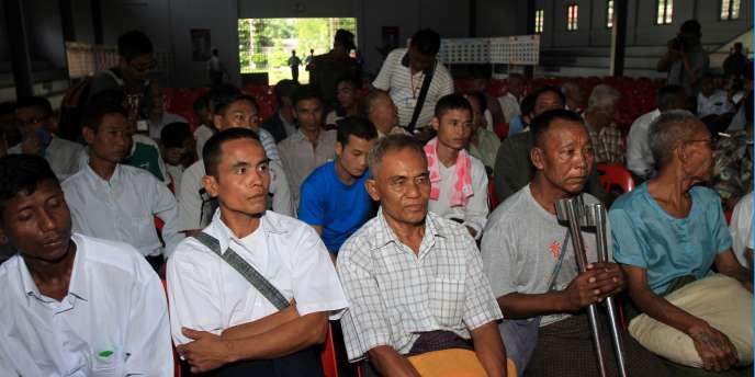 Des prisonniers birmans à la prison d'Insein, avant leur libération, le 12 octobre 2011.