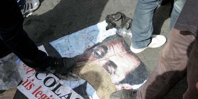 Des partisans de Bachard Al-Assad piétinent un portrait de Nicolas Sarkozy, le 12 octobre, à Damas.