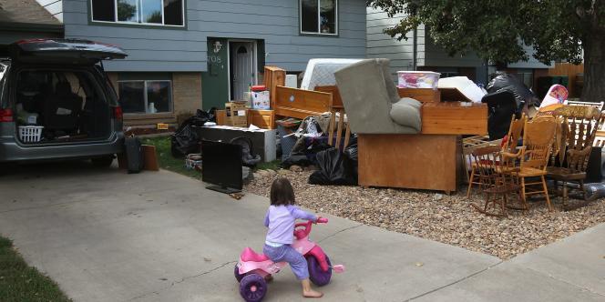 Les biens d'une famille du Colorado sont entassés devant leur domicile, avant leur expulsion, le 5 octobre 2011.