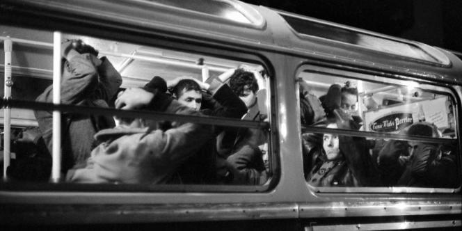 11 000 Algériens arrêtés lors de la manifestation du 17 octobre 1961 sont emmenés par la police à bord de cars et d'autobus en direction des centres de tri, à Vincennes, au Palais des sports ou au stade De-Coubertin.