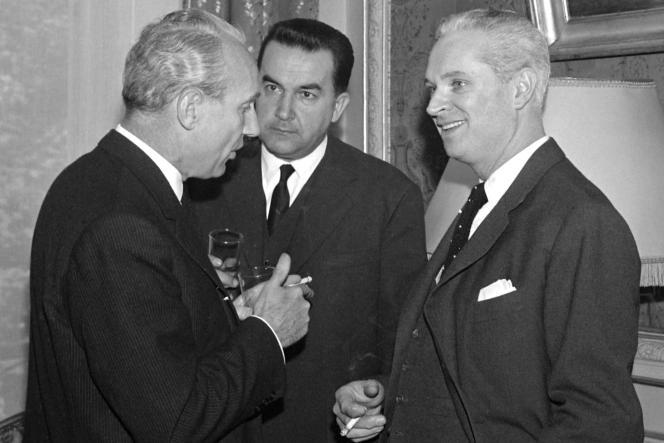 Le ministre de l'intérieur Roger Frey (à droite), qui vient de prendre ses fonctions, s'entretient le 12 mai 1961 avec Maurice Papon, préfet de Police (à gauche), et Jean Verdier, directeur général de la Sûreté nationale (au centre).