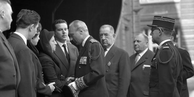 Maurice Papon présentant ses condoléances à la femme d'un officier de police tué par le FLN.