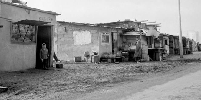 Un bidonville installé sur les terrains vagues de Nanterre dans lesquels vivent des familles d'immigrés, en mars 1964.