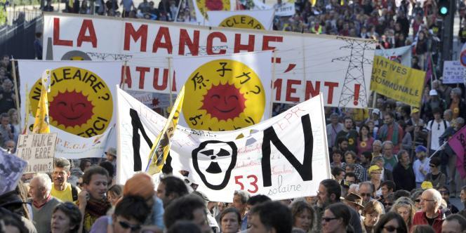 Entre 8 000 et 15 000 personnes ont défilé dans les rues de Rennes, samedi 15 octobre, pour appeler à la sortie du nucléaire.