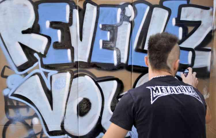 """Un """"indigné"""" de Marseille prépare son panneau pour la manifestation"""