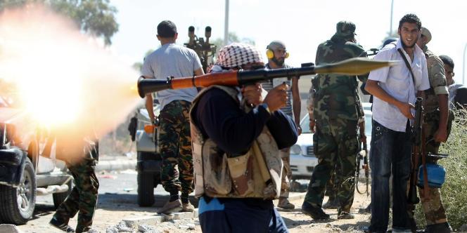 Un combattant du Conseil national de transition (CNT) ouvre le feu sur les troupes loyales à Kadhafi, le 14 octobre.
