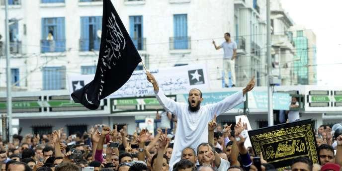 Des Tunisiens manifestent le 14 octobre devant les locaux de la chaîne privée Nessma à Tunis, contre la diffusion du film