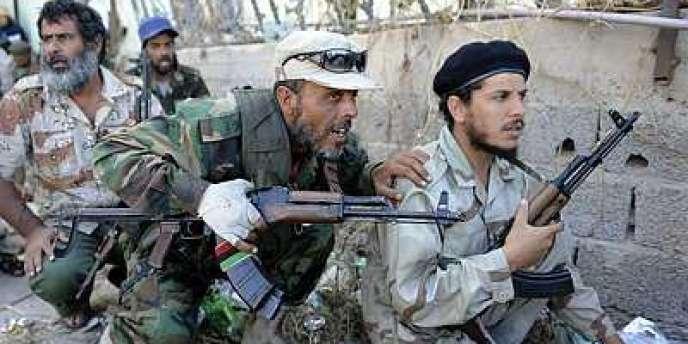 Des combattants du CNT à Syrte, dimanche 16 octobre.