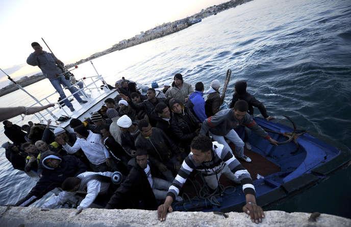 Un bateau de migrants tunisiens arrive au port de Lampedusa, en avril 2011.