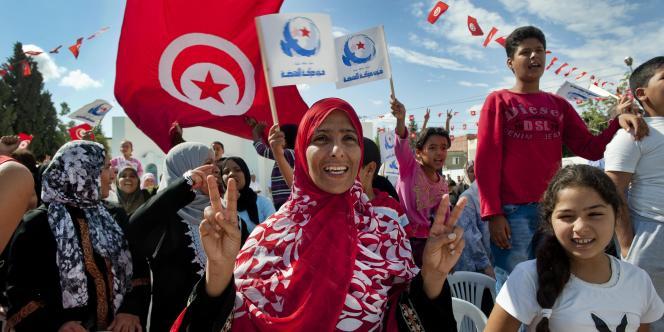 Les premiers résultats partiels du scrutin de dimanche donnent le parti islamiste Ennahda en tête.