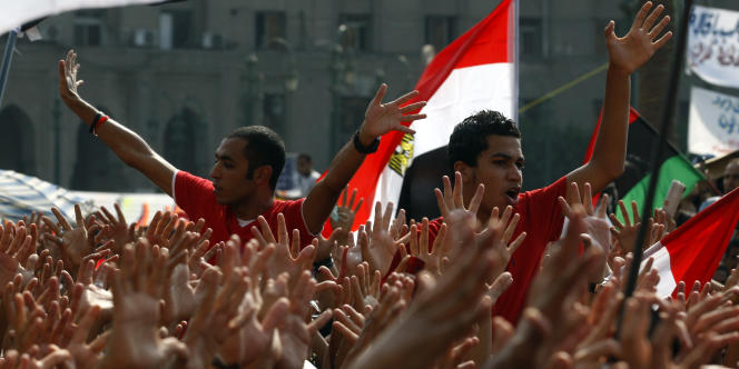 Des supporteurs du club d'Al Ahly protestent devant le ministère de l'intérieur après des heurts avec la police lors d'un match, le 9 septembre 2011.