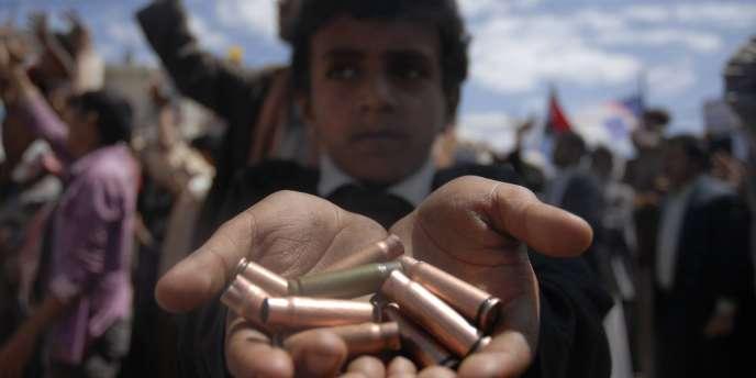 Un enfant montre les douilles de munitions tirées sur les manifestants, à Sanaa, le 16 octobre 2011.