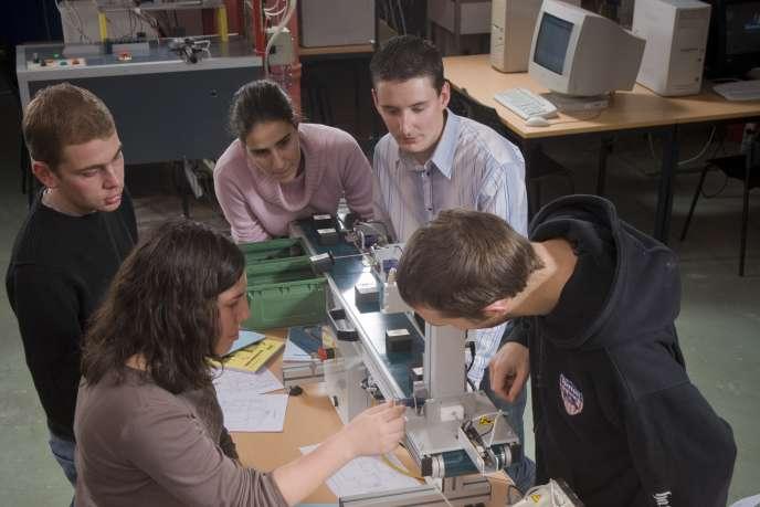 Des élèves de l'INSA Lyon pendant un cours de travaux pratiques.