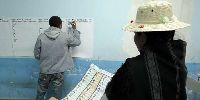 Dépouillement des bulletins dans un bureau de vote à Penas, à une trentaine de kilomètres de La Paz, le 16 octobre 2011.
