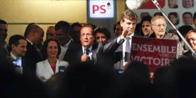 François Hollande, avec ses soutiens, devant les militants socialistes le soir de sa désignation, le 16 octobre.