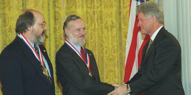 Dennis Ritchie (au centre) reçoit, avec Ken Thompson (à gauche), la médaille de la technologie des mains du président américain Bill Clinton, le 27 avril 1999.