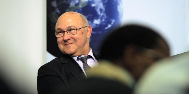 Michel Sapin, le 5 avril 2011 au siège du PS à Paris.