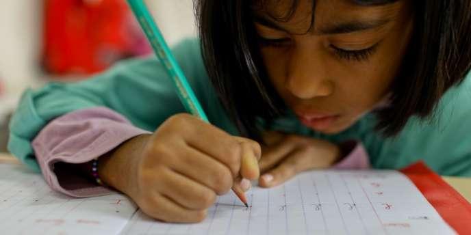 FCPE et ICEM rappellent que les devoirs écrits sont interdits dans le primaire depuis 1956.