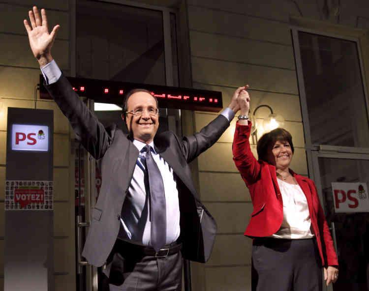 François Hollande, avec Martine Aubry, devant le siège du Parti socialiste, le 16 octobre 2011, le soir de sa désignation lors de la primaire socialiste.