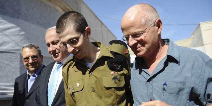 Gilad Shalit au côté de son père, Noam Shalit (à dr.), et du premier ministre israélien, Benyamin Nétanyahou, le 18 octobre 2011 à son arrivée en Israël.