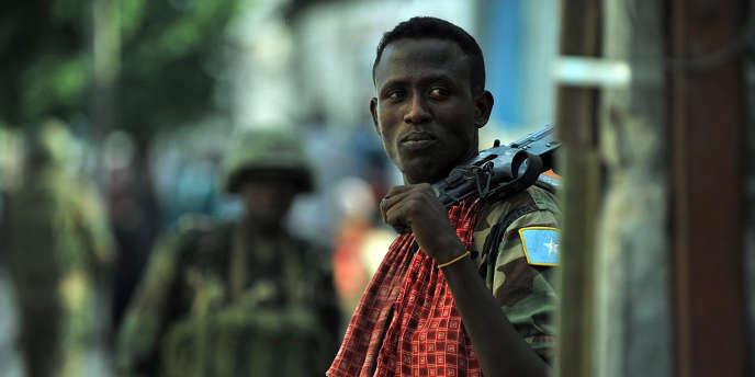 Photo prise le 4 octobre 2011 d'un soldat à Mogadiscio, en Somalie, avant une opération contre les shebabs.