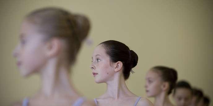 La loi du 10 juillet 1989, relative au diplôme de danse, stipule que les enfants de 4 à 5 ans ne peuvent pratiquer que les activités d'éveil corporel.
