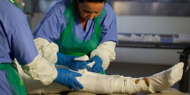 Une image tirée du documentaire illustrant l'une des étapes du processus de momification.