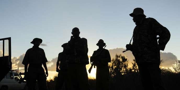 Des membres des forces de sécurité kényanes lors des recherches de touristes espagnoles, à la frontière avec la Somalie.