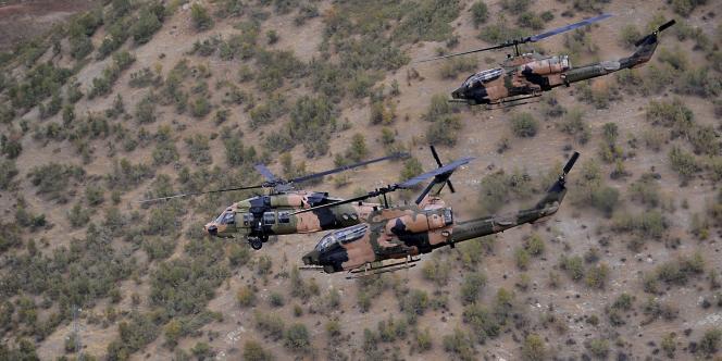 Des hélicoptères turcs à la recherche de rebelles kurdes du PKK réfugiés dans cette zone montagneuse à la frontière irakienne en octobre 2011.
