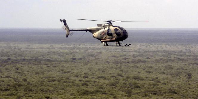 Un hélicoptère kényan survole la frontière avec la Somalie, mardi 18 octobre.